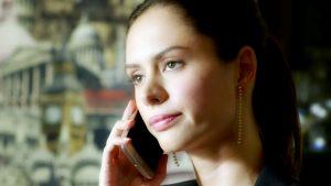 Даша говорит по телефону